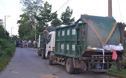 Người dân chặn xe chở rác không cho vào nhà máy xử lý