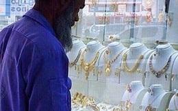 Bị chế giễu vì nhòm vào hàng trang sức, người lao công nghèo nhận được món quà đầy bất ngờ...