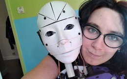 Chuyện sắp không còn là lạ: một cô gái yêu robot quá và mới quyết định cưới nó làm chồng