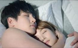 Đàn ông chung tình thường có thói quen ôm và hôn vợ khi ngủ