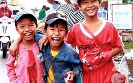 Không có hè, cũng chẳng có Tết thiếu nhi, những đứa trẻ này vẫn hồn nhiên mưu sinh giữa dòng đời