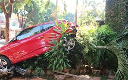 """Lùi """"xế hộp"""" gây tai nạn, nữ tài xế hoảng loạn"""