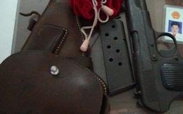 Nhân viên thuỷ sản đi làm mang theo súng K54