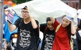[ẢNH] Phụ huynh, thí sinh đội mưa đi làm thủ tục thi THPT