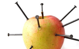 Cắm 12 cây đinh vào quả táo rồi ăn, ý tưởng tuy điên rồ nhưng siêu có lợi cho sức khỏe