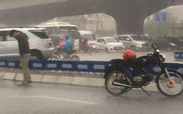 Chàng trai dừng xe, đứng dầm mưa giữa đường Khuất Duy Tiến