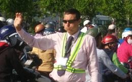 """Ông Tây """"phồng má"""", mướt mồ hôi điều tiết giao thông tại đường cửa ngõ TP.HCM"""