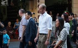 Hoàng tử Anh William lần đầu đến Việt Nam và hiện đang đi bộ trên đường phố Hà Nội