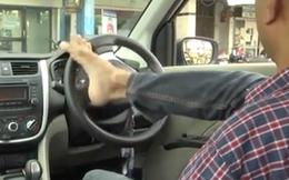 Cấp bằng lái cho tài xế lái xe bằng... chân