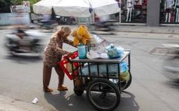 Tấm lưng còng của mẹ già 81 tuổi bán hàng rong, ngủ ngoài đường lo tiền chữa bệnh cho con