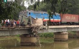 Tai nạn kinh hoàng: Tàu hỏa kéo lê xe tải 50m, giắt vào cầu sắt