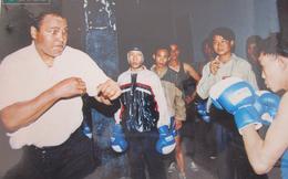 Phút so găng 1 chọi 10 với võ sĩ Hà Nội của huyền thoại Muhammad Ali