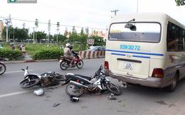 Hai xe máy tông đuôi ô tô dừng bắt khách, 4 người trọng thương