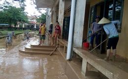 Quảng Bình: Bùn đất phủ dày đến 10cm ở trường học sau mưa lũ