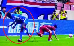 """Sốc: Bị cầu thủ Trung Quốc """"đốn"""", cựu sao Chelsea chấn thương rùng rợn"""