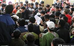 Hàng nghìn người xô đẩy, chen chúc làm hộ chiếu xuất ngoại