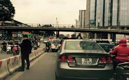 """Người đàn ông """"tè bậy"""" ra đường không vi phạm luật giao thông"""