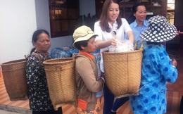 Xúc động hình ảnh Á hậu Thúy Hằng, Khánh Ly thăm bệnh nhân phong