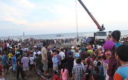 """Hàng vạn người dân theo dõi cảnh trục vớt cá voi """"khủng"""" lên bờ"""