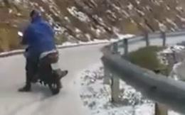 Clip: Thót tim cảnh xe máy trơn tuột khi qua đoạn dốc đầy tuyết
