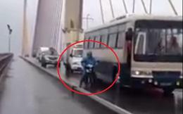 Xe tải cứu xe khách mất phanh. Xe biển xanh che cho xe máy khi qua cầu trong bão số 3