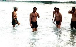 Bí thư Nguyễn Xuân Anh tắm biển sáng sớm 1-5