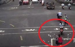 Tâm trạng không vui, người đàn ông mang gần 30 triệu đồng ném xuống đường