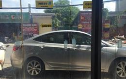 Mở cửa ra ngoài, chủ nhà bức xúc khi thấy hành động thiếu ý thức của tài xế ô tô