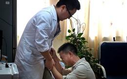 Kiệt quệ, ông bố trẻ quỳ gối van xin bác sĩ điều trị cho con và điều tốt đẹp đã nhen nhóm!