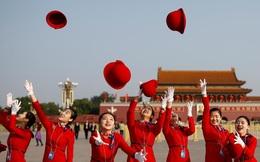 24h qua ảnh: Lễ tân Đại hội Đảng Trung Quốc tung mũ chụp ảnh