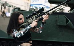 7 ngày qua ảnh: Cô gái trẻ ngắm bắn bằng súng trường tại triển lãm vũ khí