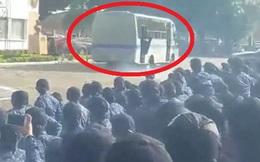 Giả trúng đạn, cảnh sát kỳ cựu bị xe chở phạm nhân cán chết ngay tại chỗ