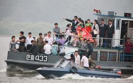 24h qua ảnh: Người dân Triều Tiên du lịch bằng thuyền gần biên giới Trung Quốc