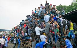 24h qua ảnh: Người bám chi chít trên toa tàu trong giờ cao điểm ở Bangladesh