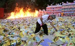 """24h qua ảnh: Người gốc Hoa đốt """"núi"""" vàng mã cháy ngùn ngụt ở Indonesia"""