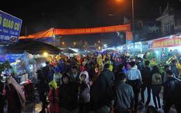 Tắc đường hàng km, người dân đội mưa rét đi chợ Viềng