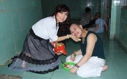 Em gái kết nghĩa của Ngọc Sơn về Việt Nam làm từ thiện