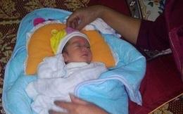 Bé gái 5 ngày tuổi bị bỏ rơi trong thùng mì tôm bên đường
