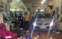 Biên Hòa: Xe con cài số lùi nát cả tiệm cắt tóc, một người bị thương nặng
