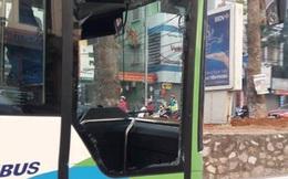 Ô tô 4 chỗ tạt ngang mũi, xe buýt nhanh vỡ tan cửa kính