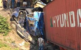 Xe container nổ lốp lao xuống vực, tài xế và phụ xe may mắn thoát chết