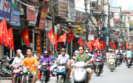 Hình ảnh: Quốc kỳ rực đỏ mọi ngả đường Hà Nội trong Ngày Chiến Thắng