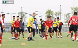 Cận cảnh Giggs và Scholes xỏ giày ra sân cùng các tài năng trẻ Việt Nam