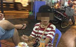 Cậu bé 10 tuổi bán vé số và câu chuyện buồn giữa đêm mưa Sài Gòn