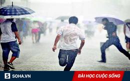 Không có ô che trên đầu, những đứa trẻ mới phải ra sức chạy thật nhanh