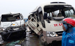 Xe khách lao qua dải phân cách bị xe bồn đâm nát, nhiều người bị thương