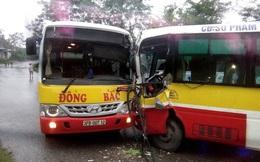 2 xe buýt cùng hãng đối đầu nhau kinh hoàng, tài xế mắc kẹt trong cabin