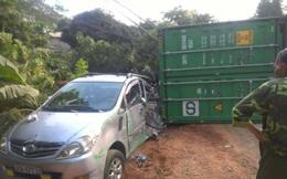 Xe container vào cua lật nghiêng, đè trúng hai xe con đi ngược chiều