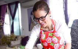Á hậu Phương Lê tất bật vào bếp nấu bữa cơm tất niên