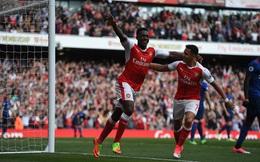Đang trong trận đại chiến, người Arsenal vẫn bình thản ăn socola, uống nước ngọt